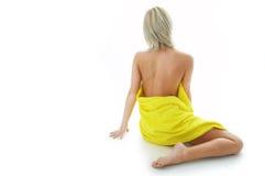Femme de station thermale de beauté en essuie-main jaune Photographie stock libre de droits
