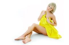 Femme de station thermale de beauté en essuie-main jaune Photos libres de droits