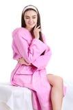 Femme de station thermale Portrait de jeune femme de sourire en serviette dans la salle de bains Photo stock
