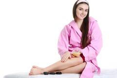 Femme de station thermale Portrait de jeune femme de sourire en serviette dans la salle de bains Photos libres de droits