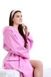 Femme de station thermale Portrait de jeune femme de sourire en serviette dans la salle de bains Images libres de droits