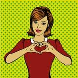 Femme de style d'art de bruit rétro montrant le signe de main de coeur Illustration dessinée comique de vecteur de conception Images stock