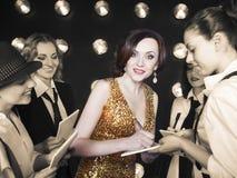Femme de superstar serrée par des paparazzi Photographie stock libre de droits