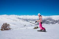 Femme de surf des neiges de jeunes dans le rose Image libre de droits