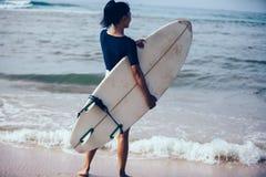 Femme de surfer avec la planche de surf image libre de droits