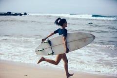 Femme de surfer avec la planche de surf photographie stock libre de droits