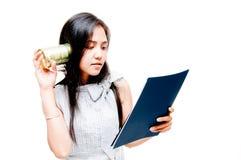 Femme de téléphone de boîte en fer blanc Image libre de droits