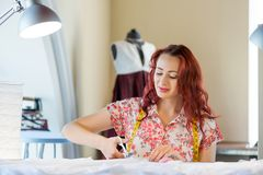 Femme de tailleur au travail Photographie stock