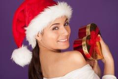 Femme de taquinerie avec un cadeau de Noël Image stock