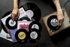 Femme de tatouage avec le disque de disque vinyle de musique avec le joueur Images stock