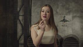 Femme de tentation faisant le geste de silence et montrant du doigt clips vidéos