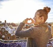 Femme de touristes à Barcelone, Espagne montrant les mains en forme de coeur Photographie stock