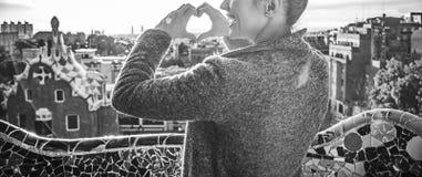 Femme de touristes à Barcelone, Espagne montrant les mains en forme de coeur Photo stock