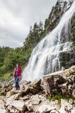 Femme de touristes à la cascade Svandalsfossen, Norvège photographie stock libre de droits