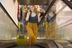 Femme de touristes arrivant à l'aéroport avec la valise sur l'escalier Photographie stock libre de droits