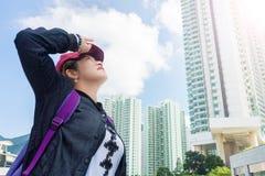 Femme de touristes asiatique regardant au ciel dans le jour ensoleillé chaud Photos libres de droits