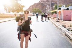 Femme de touristes avec des amis dans un désert Parc naturel Wadi Rum de la Jordanie Randonneur sur la route Randonneur de femme  Photographie stock