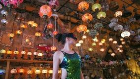 Femme de touristes avec des verres de VR faisant des emplettes dans la boutique de souvenirs avec les lampes turques traditionnel clips vidéos