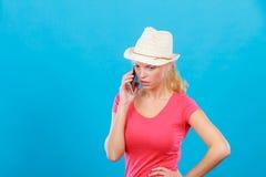 Femme de touristes avec le chapeau du soleil parlant au téléphone Image libre de droits