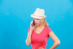 Femme de touristes avec le chapeau du soleil parlant au téléphone Photographie stock libre de droits