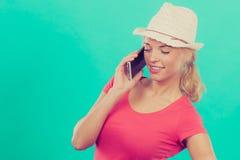 Femme de touristes avec le chapeau du soleil parlant au téléphone Photo libre de droits