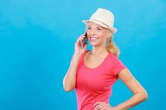 Femme de touristes avec le chapeau du soleil parlant au téléphone Images libres de droits
