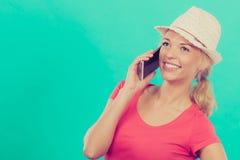 Femme de touristes avec le chapeau du soleil parlant au téléphone Photos stock