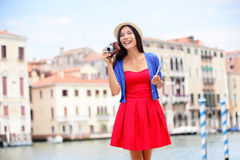 Femme de touristes de voyage avec l'appareil-photo à Venise, Italie Photo stock