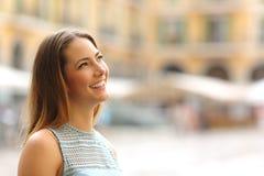 Femme de touristes gaie regardant le côté dans un endroit touristique Photographie stock libre de droits