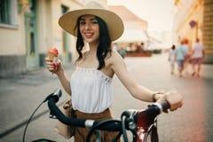 Femme de touristes à l'aide de la bicyclette Photographie stock libre de droits