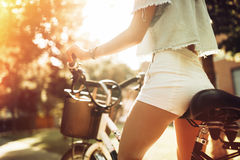 Femme de touristes à l'aide de la bicyclette Photographie stock