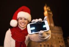 Femme de touristes montrant à ` s de smartphone l'écran vide, Italie closeup image libre de droits