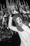 Femme de touristes près d'arbre de Noël à Prague ayant le temps d'amusement Image libre de droits