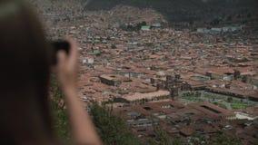 Femme de touristes prenant la photo de voyage avec l'appareil-photo, ville Cuzco d'aperçu Vue du dos clips vidéos