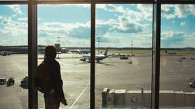 Femme de touristes regardant voler plat loin clips vidéos