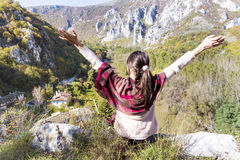 Femme de touristes s'asseyant sur le dessus de la montagne d'automne, appréciant la vue Images stock