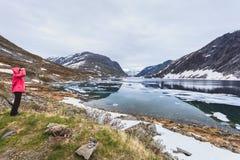 Femme de touristes se tenant prêt le lac Djupvatnet, Norvège Images stock