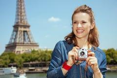 Femme de touristes soloe avec la rétro caméra de photo image stock