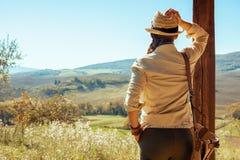 Femme de touristes soloe en bonne santé examinant la distance photos libres de droits