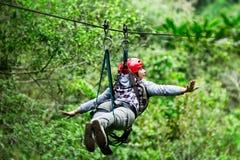 Femme de touristes sur la ligne forêt tropicale de fermeture éclair équatorienne Photos stock