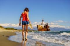 Femme de touristes sur la plage appréciant des vacances Photo stock