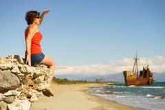 Femme de touristes sur la plage appréciant des vacances Images libres de droits
