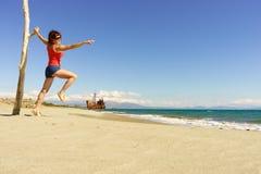 Femme de touristes sur la plage appréciant des vacances Image libre de droits