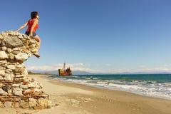 Femme de touristes sur la plage appréciant des vacances Images stock