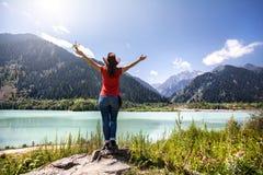 Femme de touristes sur le lac aux montagnes Photo libre de droits