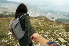 Femme de touristes tenant la main de l'homme et le menant sur la nature Photographie stock