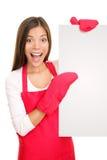 Femme de traitement au four affichant le signe blanc d'affiche Photo stock