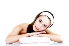 Femme de traitement de peau de beauté de station thermale avec la serviette Images stock