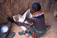 Femme de Turkana dans sa hutte (Kenya) photographie stock