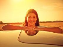 Femme de véhicule heureuse photos stock
